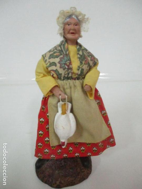 FIGURA DE CAMPESINA, ABUELA CON POLLO - TERRACOTA - FIRMA FLORENCE - LA PROVENZA FRANCESA (Antigüedades - Hogar y Decoración - Figuras Antiguas)