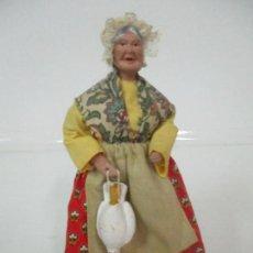 Antigüedades: FIGURA DE CAMPESINA, ABUELA CON POLLO - TERRACOTA - FIRMA FLORENCE - LA PROVENZA FRANCESA. Lote 144429210