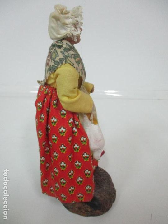 Antigüedades: Figura de Campesina, Abuela con Pollo - Terracota - Firma Florence - La Provenza Francesa - Foto 13 - 144429210