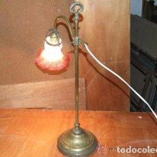 Antigüedades: LAMPARA SOBREMESA DE BRONCE CON TULIPA ROSA. Lote 144437286