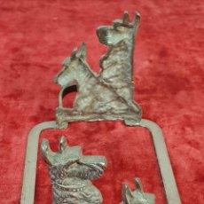Antigüedades: SOPORTE PARA BANDEJA. SCOTCHTERRIERS. METAL PLATEADO. INGLATERRA. CIRCA 1950.. Lote 144440010