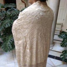 Antigüedades: MANTÓN MANILA SIGLO XIX , ISABELINO DE SEDA BORDADO A MANO. Lote 144443788