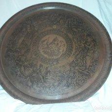 Antigüedades: MAGNIFICA GRAN BANDEJA REDONDA COBRE ALTO RELIEVE DE LA INDIA GANESHA Y SUS GUARDIAS 57 CM. Lote 144447670
