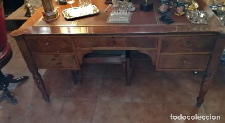 MESA DESPACHO CON TAPETE DE PIEL Y GRECA DORADA, DE CAOBA CAJONES TAPIZADOS (Antigüedades - Muebles Antiguos - Mesas de Despacho Antiguos)
