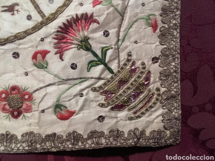 Antigüedades: ANTIGUA PALIA DE SEDA BORDADA CON HILOS DE ORO, CON MITRA Y BACULO - Foto 2 - 144451924