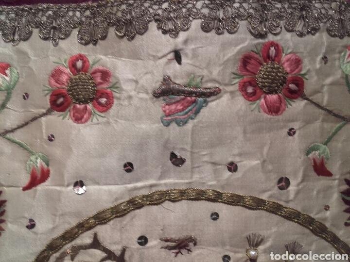 Antigüedades: ANTIGUA PALIA DE SEDA BORDADA CON HILOS DE ORO, CON MITRA Y BACULO - Foto 3 - 144451924