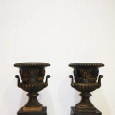 Antigüedades: ANTIGUA PAREJA DE MACETEROS DE HIERRO FUNDIDO. Lote 144453142
