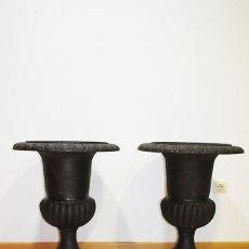 Antigüedades: PAREJA DE MACETEROS ANTIGUOS DE HIERRO FUNDIDO. Lote 144454538