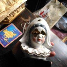 Antigüedades: FIGURA CERAMICA SOBRE PEANA BUSTOARLEQUIN . PORCELANA CON FILOS Y MASCARA ORO - DORADO. Lote 144454974