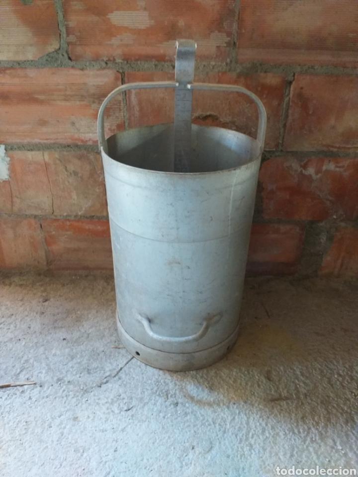 Antigüedades: Antiguo medidor de leche con émbolo medidor, de boya. Es de aluminio para 20 litros. Lechera - Foto 2 - 144466148