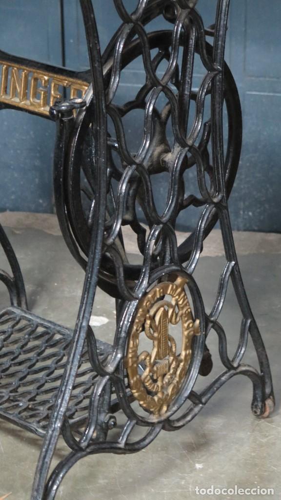 Antigüedades: MESA VELADOR DE PATAS DE HIERRO DE MAQUINA DE COSER SINGER - Foto 5 - 144467630