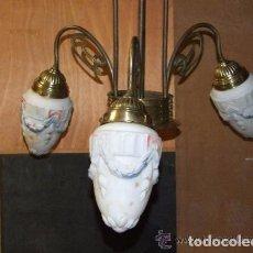 Antigüedades: PRECIOSA LAMPARA MODERNISTA EN BRONCE Y GLOBOS DE VIDRIO DE COLORES. Lote 144468354