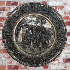 Antigüedades: GRAN PLATO DE COBRE BAÑADO EN PLATA RENDEZ VOUS SIGLO XIX. Lote 144475358