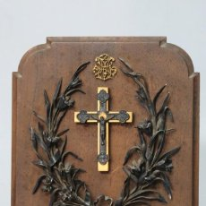 Antigüedades: PRECIOSO CRUCIFJO DE PLATA ENTRE ORLA DE FLORES DE PLATA. 1º MAYO 1902. Lote 144508206