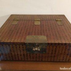 Antigüedades: PRECIOSA CAJA SECRETER ORIENTAL CON CARACTERES CHINOS - GRAN TAMAÑO MEDIDAS 40 X 33 X 13 CM. Lote 144514786
