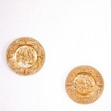 Antigüedades: PAREJA DE PLATOS DE LATÓN. Lote 144536670