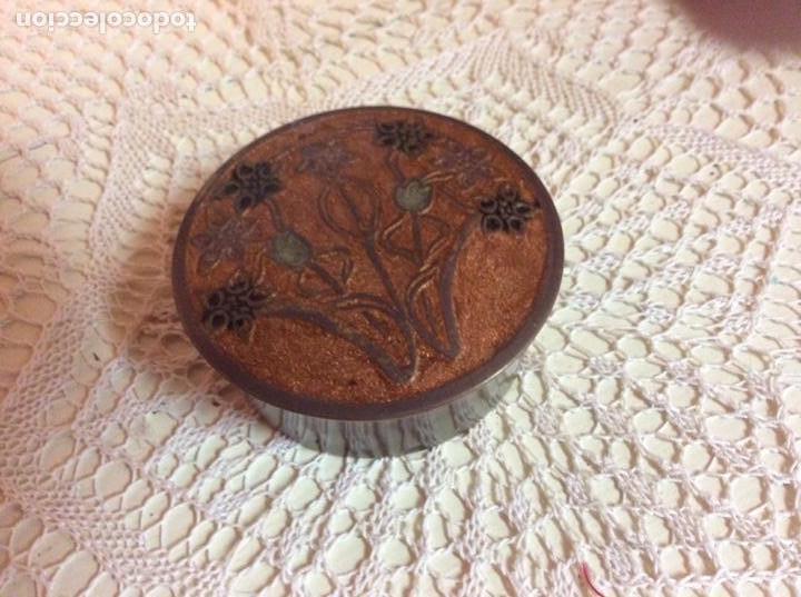 Antigüedades: Caja pequeña de metal dorado esmaltada con motivos modernista. Firmada - Foto 3 - 144557166