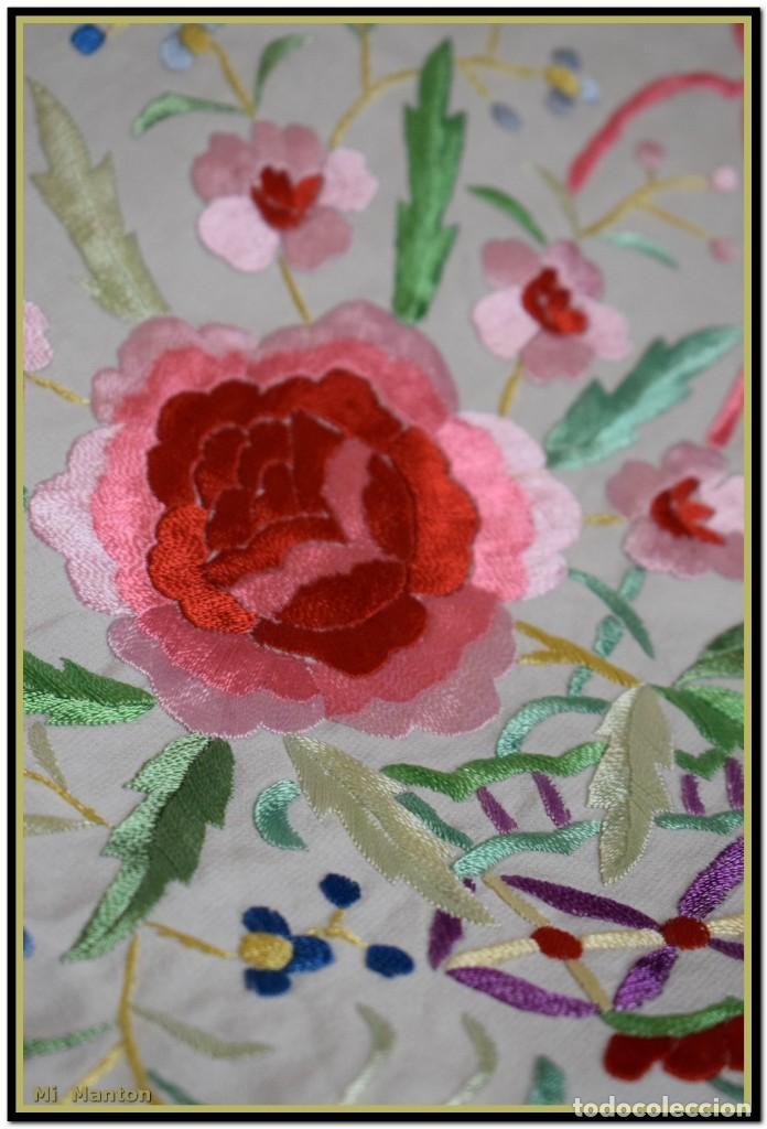 Antigüedades: Mi Mantón. Mantón blanco con flores y lazos bordados, muy alegre y juvenil. Diseño muy original. - Foto 5 - 142736054