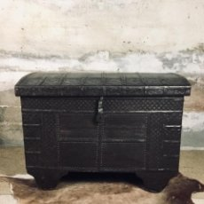 Antigüedades: BAÚL ARCÓN DE MADERA Y METAL INDIO. Lote 144586790