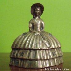 Antigüedades: CAMPANILLA CAMPANA DE MANO BRONCE S. XIX MUJER DAMA ÉPOCA CON VESTIDO VICTORIANO. Lote 144596522
