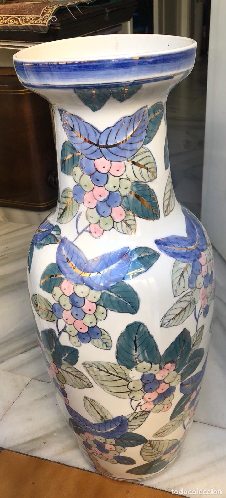 BONITO JARRÓN MOTIVOS FLORALES, BUEN TAMAÑO SIN FIRMA (Antigüedades - Porcelanas y Cerámicas - Otras)