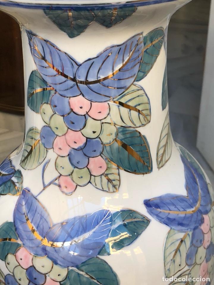 Antigüedades: Bonito jarrón motivos florales, buen tamaño sin firma - Foto 2 - 144615778