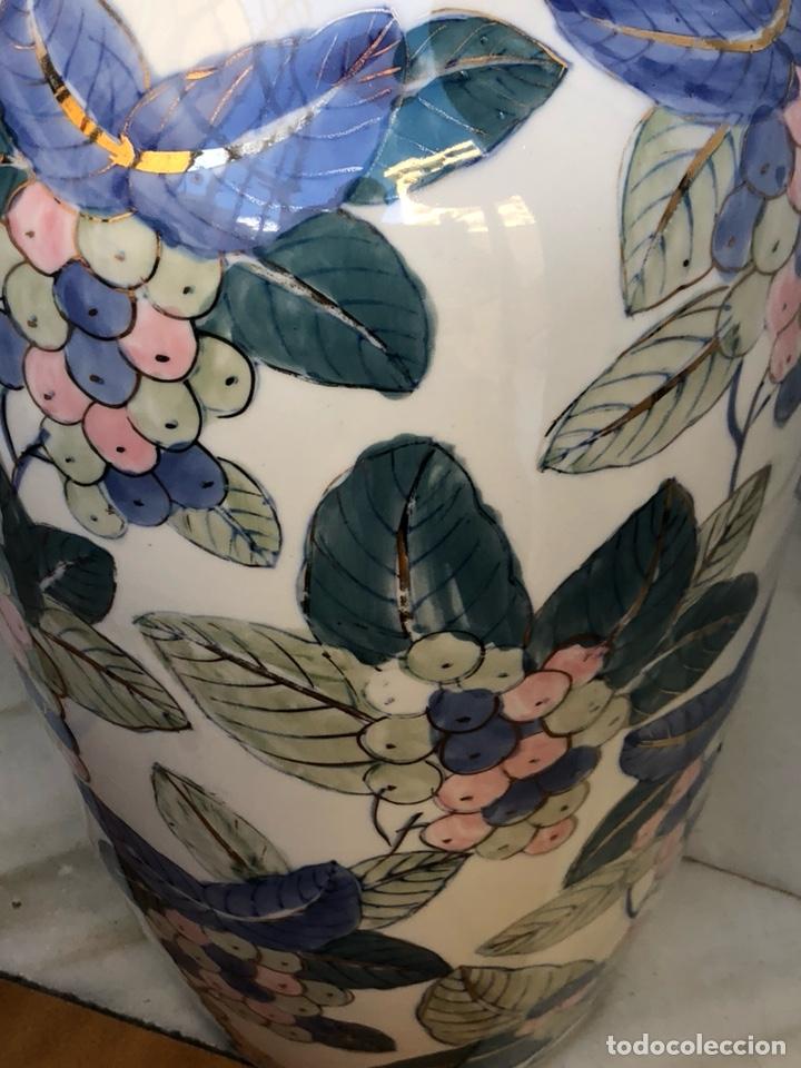 Antigüedades: Bonito jarrón motivos florales, buen tamaño sin firma - Foto 3 - 144615778