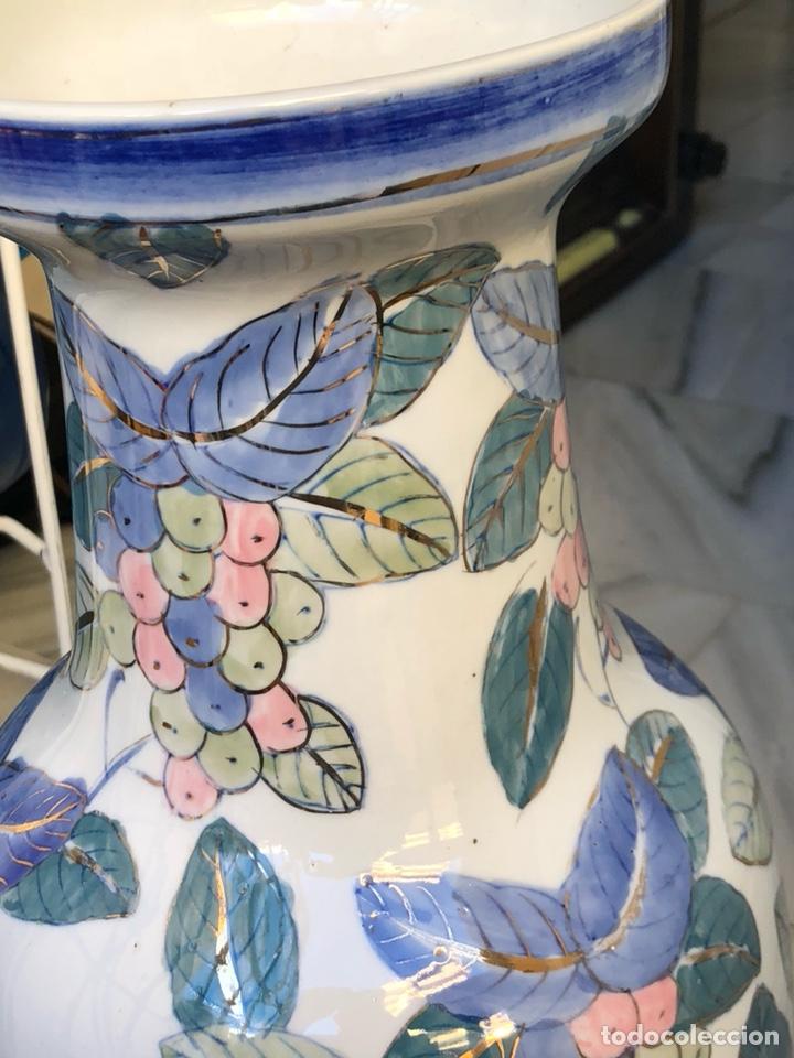 Antigüedades: Bonito jarrón motivos florales, buen tamaño sin firma - Foto 4 - 144615778