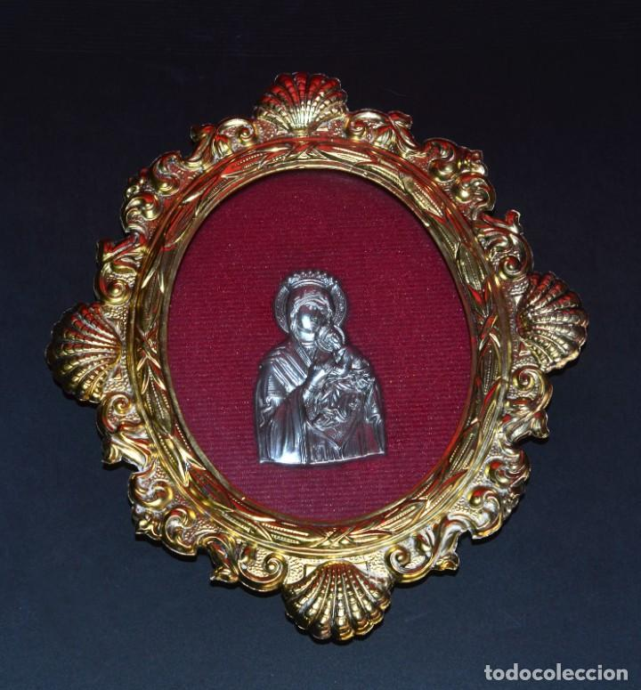 VIRGEN EN LÁMINA CON AMPLIO RELIEVE SOBRE MARCO DORADO (Antigüedades - Religiosas - Orfebrería Antigua)