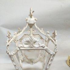Antigüedades: FAROL COLGANTE LAMPARA, DE METAL O BRONCE, SIN CRISTALES. ESTA LACADA EN BLANCO PERO SE QUITA.. Lote 144649414