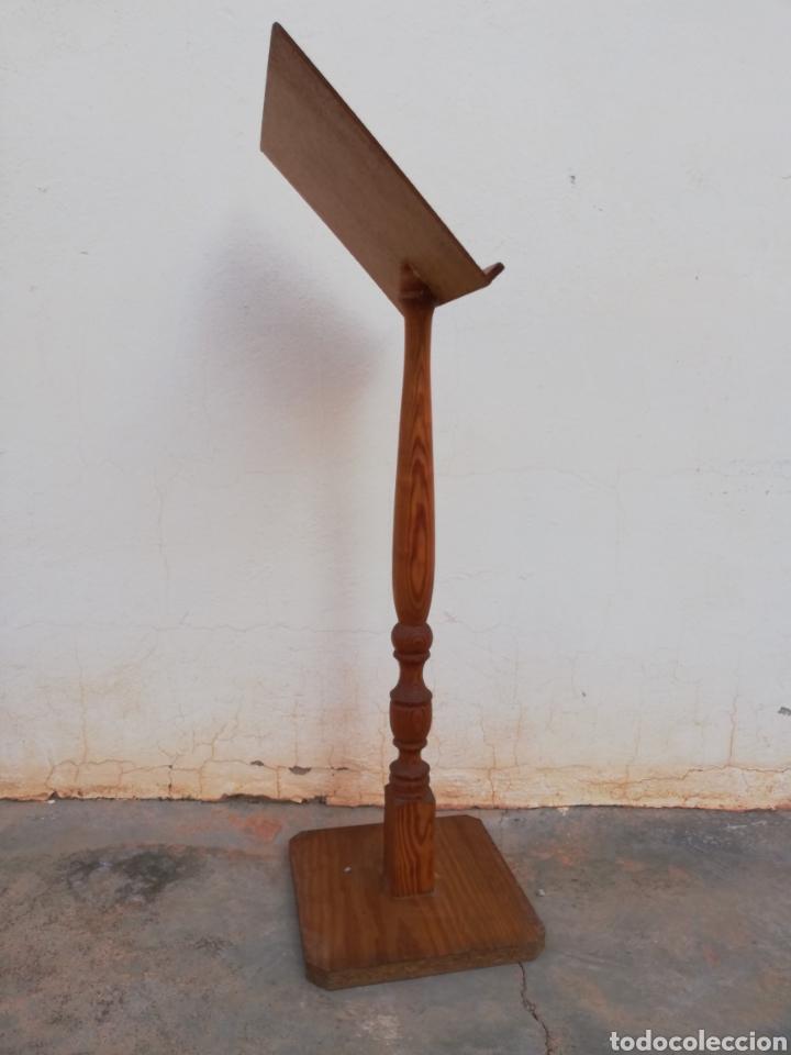 Antiquitäten: Atril de pie en madera - Foto 2 - 144706324
