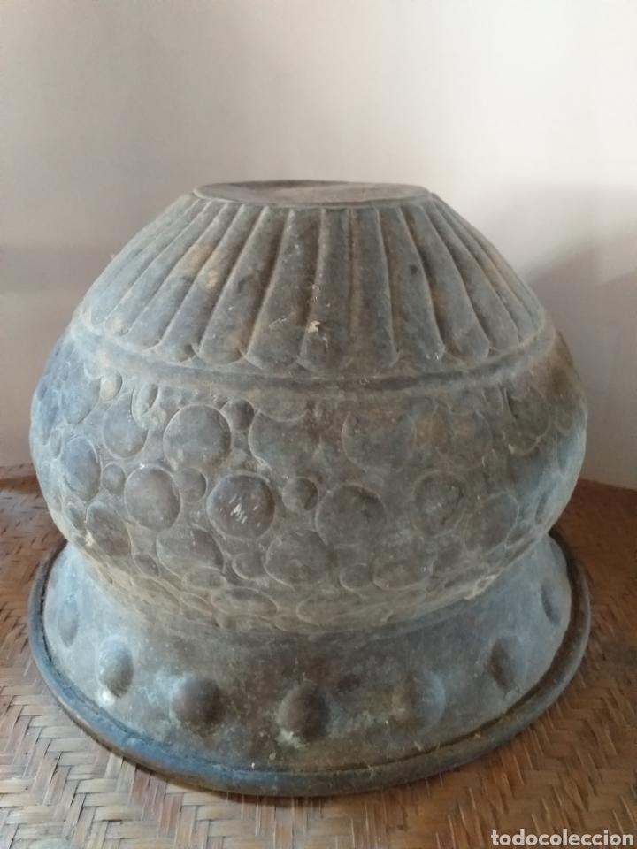 Antigüedades: Antiguo macetero de cobre y laton,decorado seguramente a mano,por sus imperfecciones. - Foto 2 - 144723372