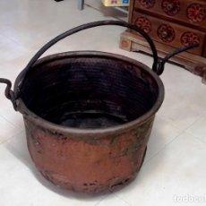 Antigüedades: CALDERO O PEROL ANTIGUO MUY GRANDE EN COBRE Y GRAN ASA DE HIERRO. Lote 144777130