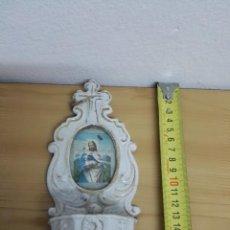 Antigüedades: PILA BENDITERA DE PORCELANA BLANCA CON IMAGEN DE JESÚS. Lote 144781038