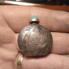 Antigüedades: PERFUMERO PLATA CINCELADA Y TAPÓN DE JADE. Lote 144802718
