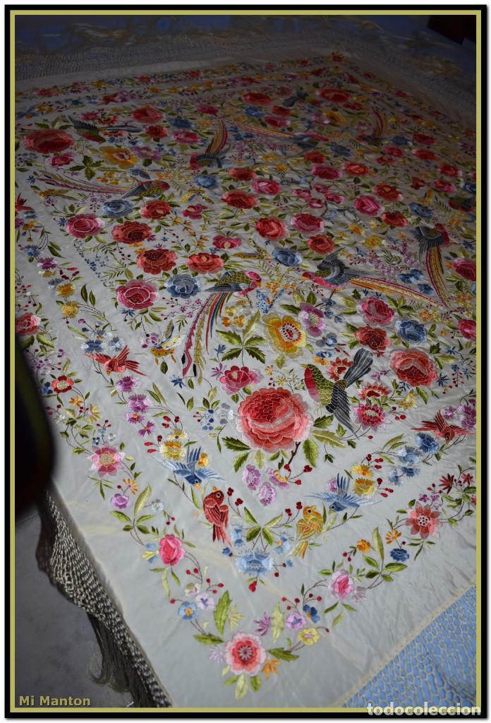 Antigüedades: Bello manton blanco marfil con bonitos bordados de mariposas y pájaros. Gran colorido y muy bordado - Foto 8 - 142105482