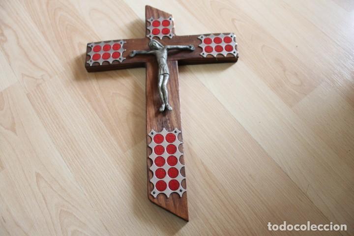 CRUCIFIJO VINTAGE CON TERCIOPELO (Antigüedades - Religiosas - Crucifijos Antiguos)