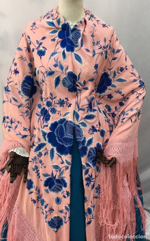 Antigüedades: Mantón de manila antiguo rosa con flores azules - Foto 2 - 144866034