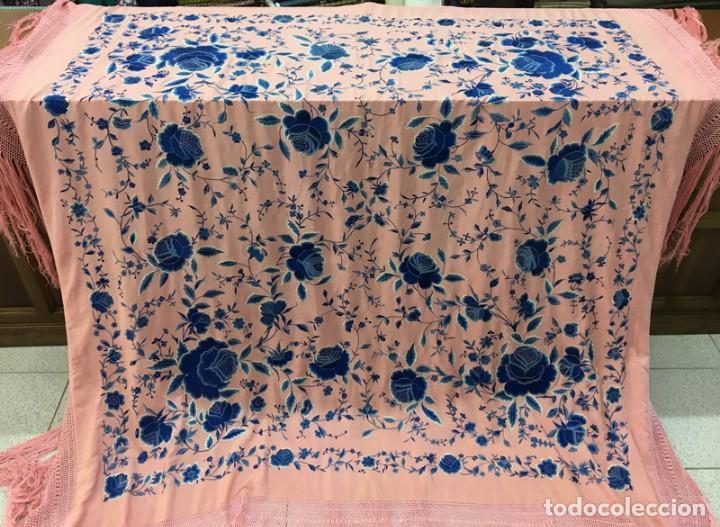Antigüedades: Mantón de manila antiguo rosa con flores azules - Foto 6 - 144866034