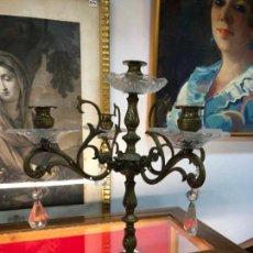 Antigüedades: PRECIOSO CANDELABRO DE BRONCE Y CRISTAL CON CINCO PUNTO DE LUZ - MEDIDA 35X29 CM. Lote 144869790