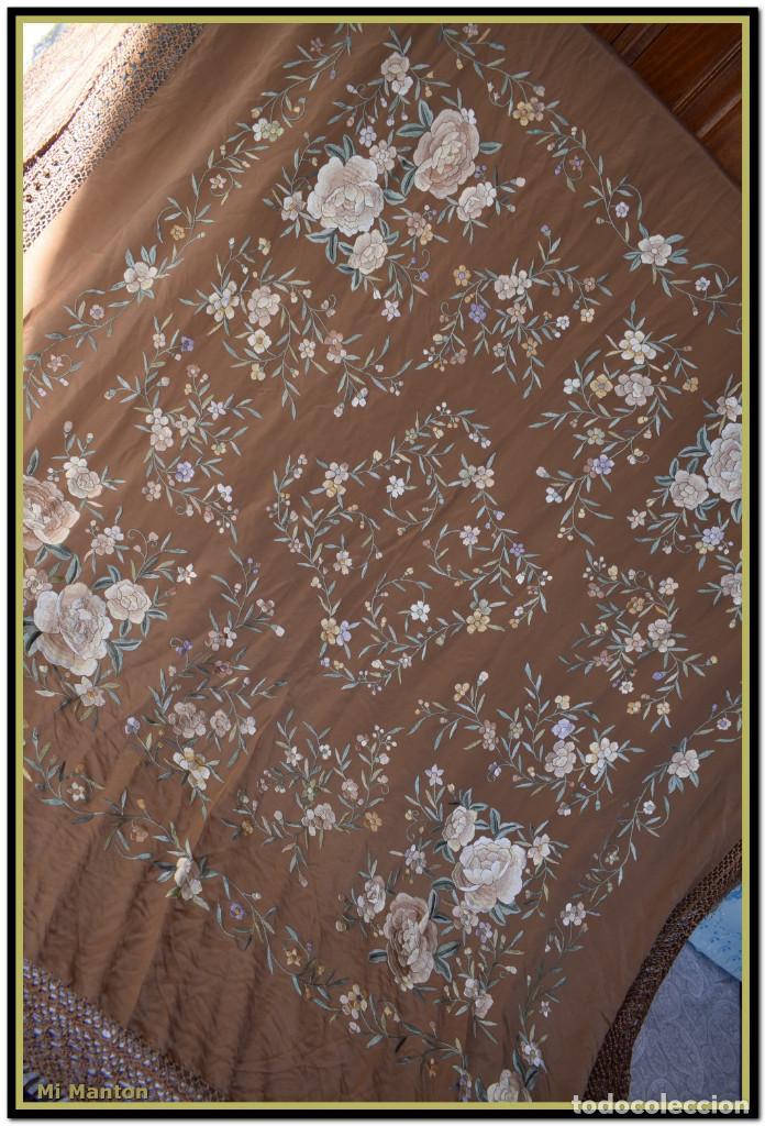 Antigüedades: Mantón de Manila en elegante color visón con bellos colores de flores difuminados - Foto 2 - 144881914