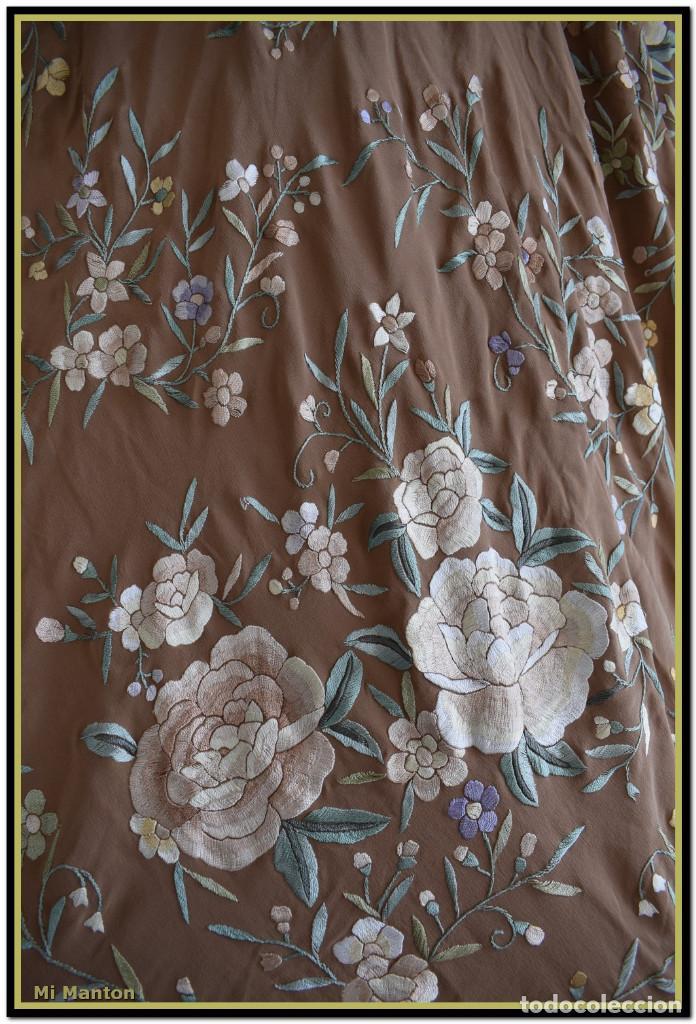 Antigüedades: Mantón de Manila en elegante color visón con bellos colores de flores difuminados - Foto 6 - 144881914