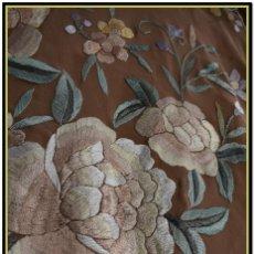 Antigüedades: MANTÓN DE MANILA EN ELEGANTE COLOR VISÓN CON BELLOS COLORES DE FLORES DIFUMINADOS. Lote 144881914