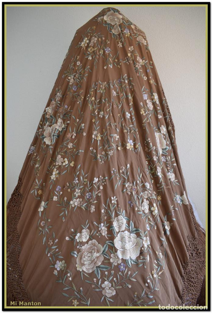 Antigüedades: Mantón de Manila en elegante color visón con bellos colores de flores difuminados - Foto 3 - 144881914