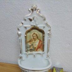 Antigüedades: PILA BENDITERA DE PORCELANA CON IMAGEN EN EL CENTRO DE JESÚS. Lote 144883730