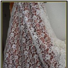 Antigüedades: MANTILLA BLANCA TIPO BLONDA 120 CM X 200 CM. Lote 144887034