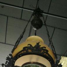 Antigüedades: LÁMPARA DE METAL Y PORCELANA CON ABALORIOS. Lote 144945929