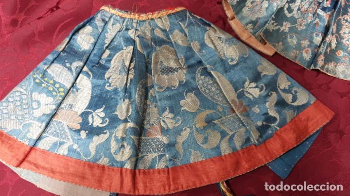 Antigüedades: Conjunto de 3 sayas o faldas y capote o capillo en seda azul. - Foto 4 - 144948154