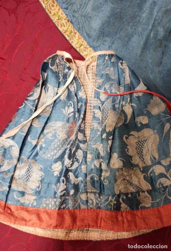 Antigüedades: Conjunto de 3 sayas o faldas y capote o capillo en seda azul. - Foto 6 - 144948154