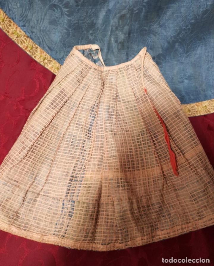 Antigüedades: Conjunto de 3 sayas o faldas y capote o capillo en seda azul. - Foto 7 - 144948154
